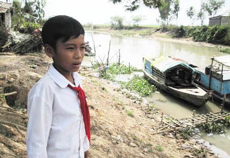 Long An: Bé 10 tuổi bị bắt vì... vượt biên
