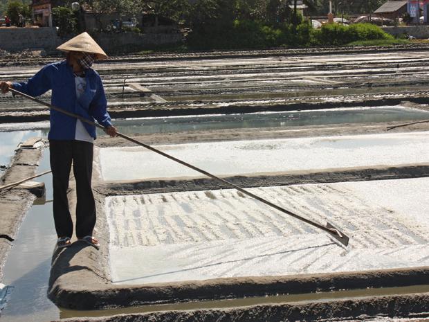 """Diêm dân Sa Huỳnh gọi muối tồn không bán được là """"mộ muối"""""""
