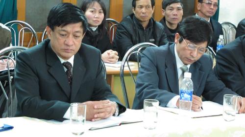 Ông Lê Văn Hiền (trái) bị cách chức chủ tịch UBND huyện Tiên Lãng