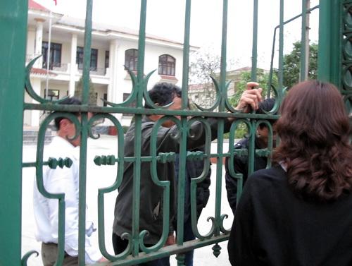 Nhóm bảo vệ đẩy phóng viên ra ngoài...