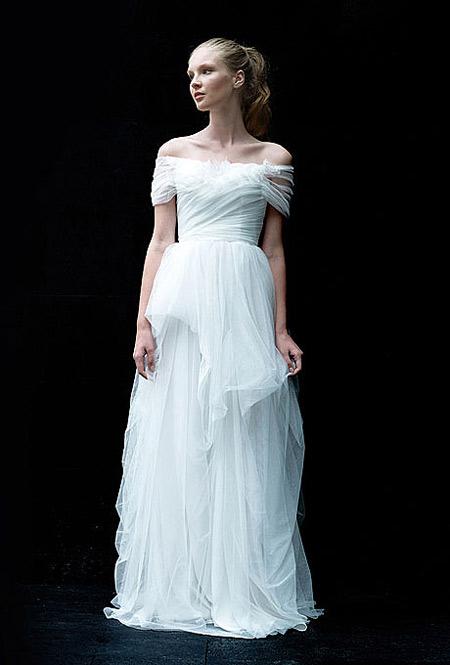 Váy đuôi cá xòe sẽ có tổng thể hài hòa nếu sử dụng vai trễ.