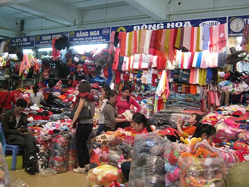 Các gian hàng quần áo ở chợ Đồng Xuân ngập hàng Trung Quốc.