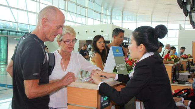 Hành khách làm thủ tục tại sân bay quốc tế Phú Quốc sáng 2-12