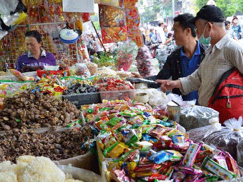 Nhiều loại thực phẩm từ Trung Quốc tuồn về các chợ ở Việt Nam.