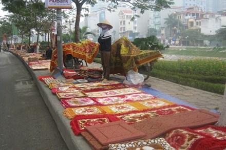 Những sạp hàng đệm, thảm bày bán tại đường Láng.