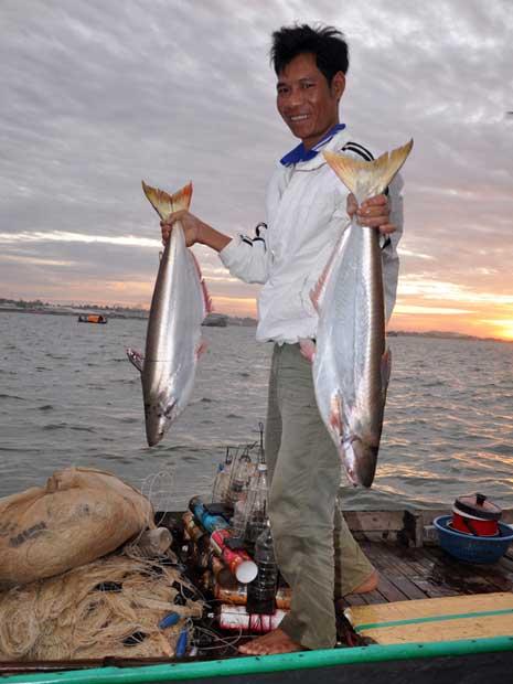 Ngư dân trúng đậm cá bông lau. jpg