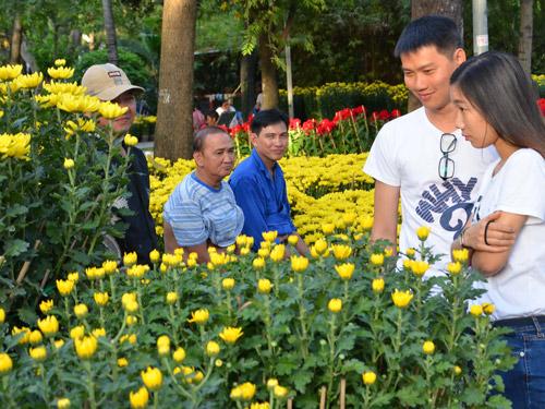 Người dân TPHCM dạo chợ hoa tại Công viên 23-9.