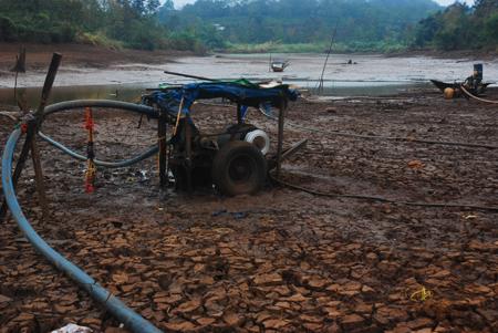 Vét nước ao, hồ tưới cho cây trồng ở huyện Đăk Min, Đăk Nông