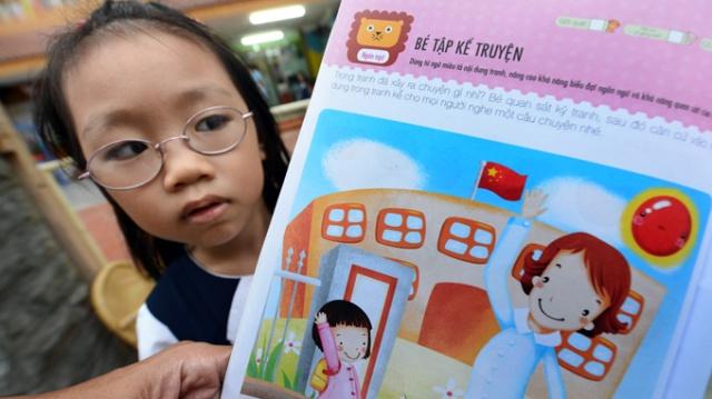 Trang 16 cuốn sách Phát triển toàn diện trí thông minh cho trẻ dành cho các em nhỏ chuẩn bị vào lớp 1 của Nhà xuất bản Dân Trí đăng cờ của Trung Quốc - Ảnh: THUẬN THẮNG