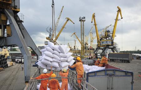 Bốc gạo lên tàu để xuất khẩu tại Cảng Hải Phòng.j