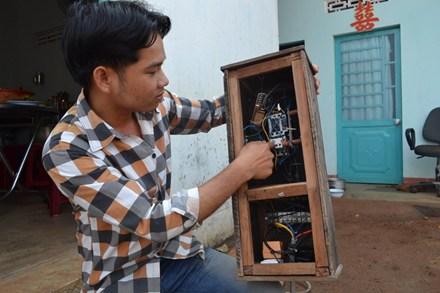 Từ sự vất vả trong lao động, Toản chế tạo ra bộ đóng-mở nguồn điện bằng điện thoại rất hữu ích.