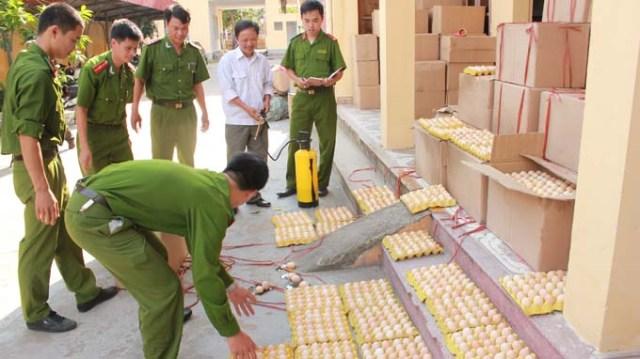 Công an huyện Tiên Lãng, Hải Phòng kiểm tra số trứng nhập lậu từ Trung Quốc với giá hơn 400 đồng/quả - Ảnh do Công an huyện Tiên Lãng cung cấp