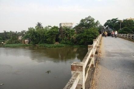 Đoạn sông chảy qua tỉnh Thái Bình đang xôn xao tin đồn nhóm người lạ thả cua có nguồn gốc Trung Quốc gân ung thư, vô sinh… làm hoang mang dư luận.
