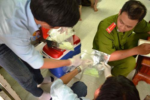 Đoàn kiểm tra tiến hành niêm phong hóa chất thu giữ được tại cở sở sản xuất bún bà Hoa.