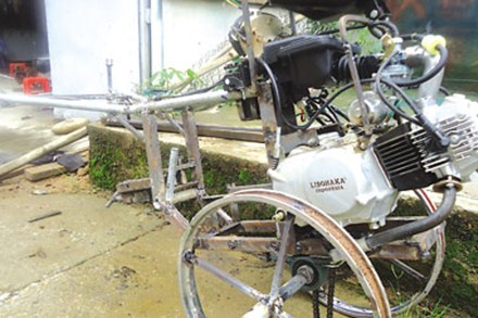 Chiếc máy cày gắn động cơ xe máy đang trong quá trình hoàn thiện.