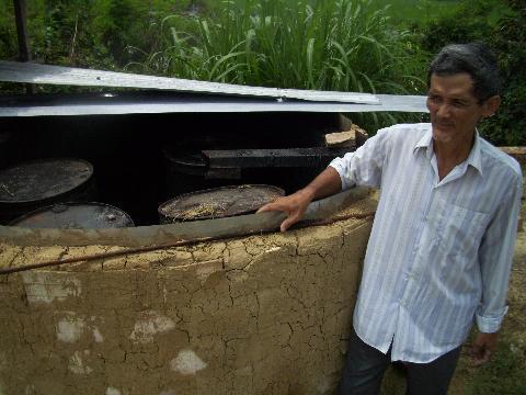 Ông Lía bên lò xử lý rác thải thực vật ra phân khoáng