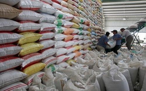 Các nhà giao dịch và phân tích được Bloomberg khảo sát ý kiến nhận định, giá gạo trắng 5%tấm của Thái Lan sẽ giảm 12% xuống mức 390 USD/tấn trong thời gian từ nay tới tháng 4, mức thấp nhất trong 5 năm.