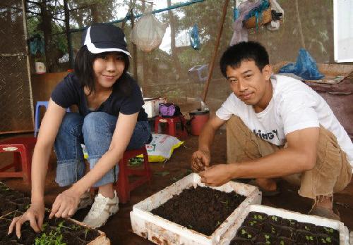 Shiokawa cùng một cô gái Nhật yêu thích nông nghiệp hữu cơ đang ươm cây con giống