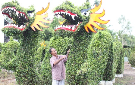 Nghệ nhân sử dụng cây gừa để tạo dáng kiểng hình rồng