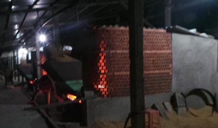 Mỗi khi bước vào vụ thu hoạch, các lò sấy lúa ở ĐBSCL phải làm việc luôn cả ban đêm