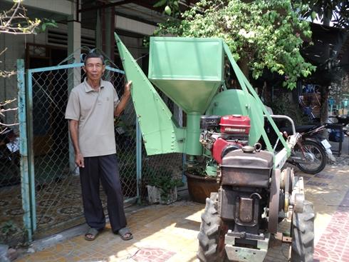 Tư Sáng bên chiếc máy sạ lúa thế hệ đầu tiên của mình