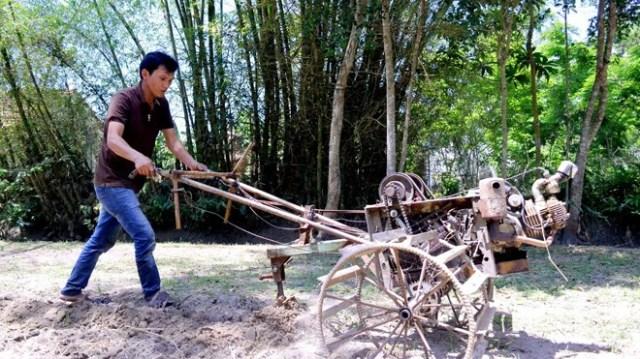 Anh Lương Quang Vũ với chiếc máy cày làm từ sắt vụn