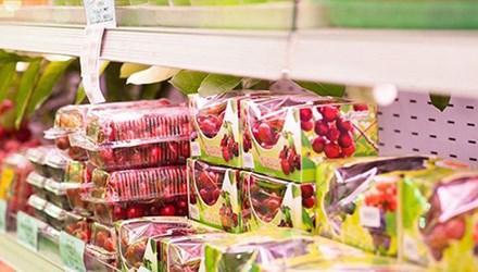 Trái cây nhập khẩu hay chỉ cần mang nhãn mác nước ngoài đều được người dùng trong nước ưa chuộng, dù giá bán có thể lên tới hàng triệu đồng/kg.