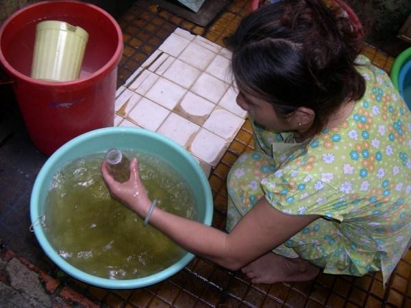 Nước sinh hoạt đục ngầu tại quận Bình Tân (TPHCM).