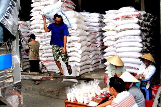 Công nhân đang làm việc tại kho một doanh nghiệp kinh doanh lương thực tại ĐBSCL