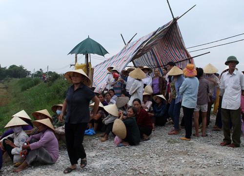Hàng trăm người dân bao vây trại chăn nuôi heo gây ô nhiễm môi trường