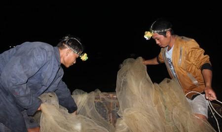 Công cụ để bắt đầu chuyến đánh bắt gồm lưới và thuyền thúng