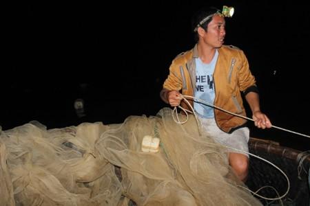Khi nước lên, cá mú sẽ theo nước đi vào trong vùng cửa biển, người dân tận dụng thời điểm này để thả lưới