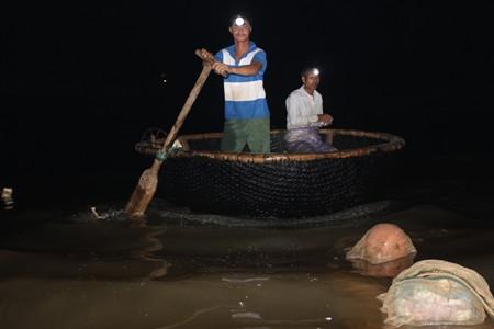 Thời điểm này đang là mùa sinh sản của cá mú nên có rất đông người đi đánh bắt