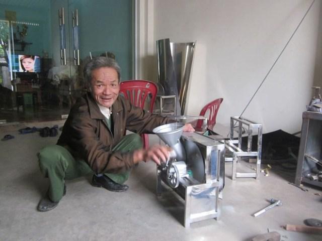 Ông Sành bên chiếc máy thái hành tỏi của mình.