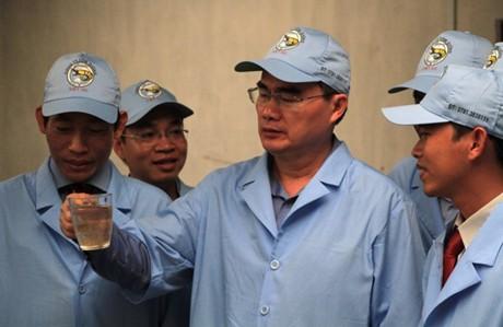 Chủ tịch Uỷ ban Trung ương MTTQ Việt Nam Nguyễn Thiện Nhân khảo sát một số mô hình nuôi tôm theo công nghệ mới tại Bạc Liêu.