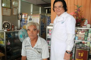 Lương y Lương Bình đang chữa bệnh