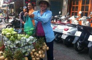 Trái cây được bày bán la liệt