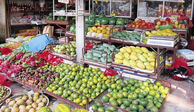 Những loại quả có xuất xứ từ miền Nam khá đắt đỏ, mặc dù tăng giá nhưng hàng vẫn khan hiếm